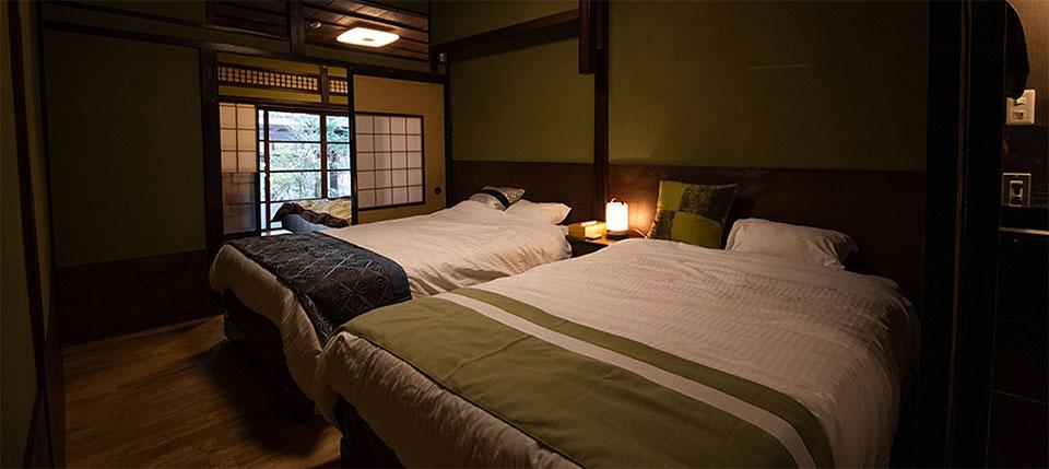 ゲストハウス山キでは旅の疲れをしっかり癒やすことができるツインのベッドを完備