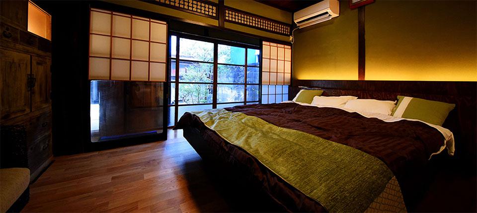 ゲストハウス山キでは家族・カップルでもゆったりくつろぐことができるキングサイズのベッドを完備